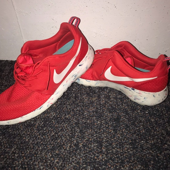 0d1ac7adb115 CLEAN Red  White Nike Roshe Runs. M 5be7460efe5151479600f16c